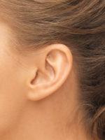 Ohr einer jungen Frau, Nahaufnahme