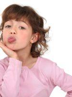 wütendes, verwöhntes Mädchen streckt Zunge raus