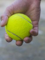 Verspannte Rückenmuskeln lassen sich mit ein paar Tennisbällen sanft und einfach lockern.