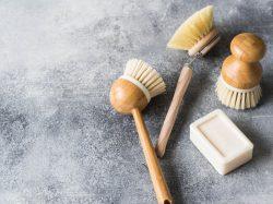 Plastik-Alternativen: Spülbürsten aus Holz sind wieder in. Sie ersetzen Spülbürsten aus Kunststoff.