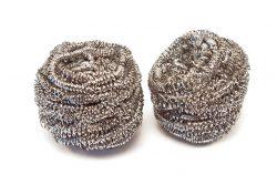 Plastik-Alternativen: Stahlwolle reinigt Geschirr und Besteck ebenso gut wie ein Kunststoffschwamm.