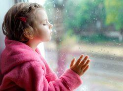 Mädchen schaut verträumt zum Fenster raus, www.gesundheitsjournalistin.ch