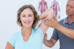 Therapieren statt operieren: Bei Schmerzen an Knien, Hüfte, Rücken und Schultern