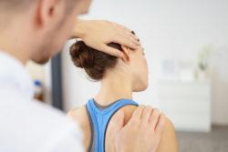 Spiraldynamik-Therapeut überprüft die Beweglichkeit einer Patientin